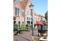 hollaendisches-ambiente-mit-cafes-geschaeften-u-dem-vvv