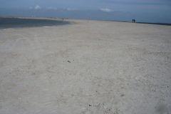 mehrere-sandstraende-laden-zum-surfen-und-schwimmen-ein